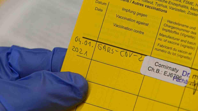 Welche Schmerzmittel helfen gegen COVID-19-Impfreaktionen?