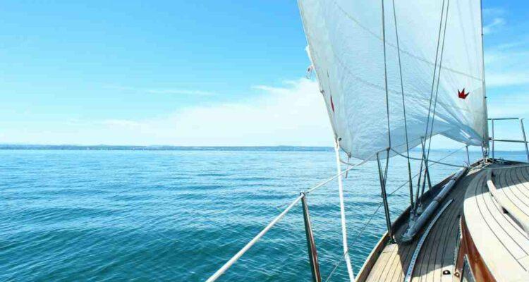 Ein Boot Segeln