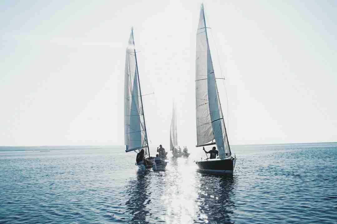Wie heißt das Rundholz an dem auf einem Boot die Segel befestigt sind?